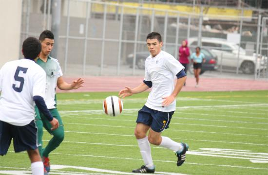 Samohi midfielder Keone Kojin (center) prepares to outmaneuver the defense of Inglewood at home Friday