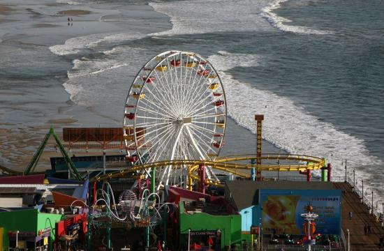 Couples can receive a complimentary rose and chocolate kisses this Valentine's Day when they ride Pacific Park's Ferris wheel