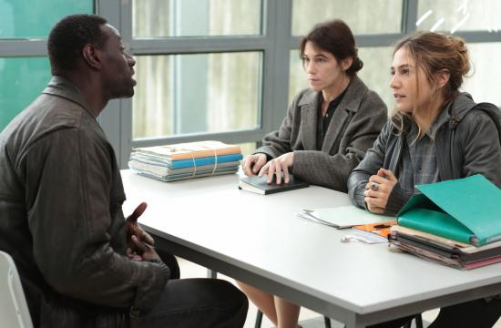 Omar Sy as Samba discusses his plight with case workers (L-R) Alice (Charlotte Gainsbourg) and Cire (Izïa Higelin